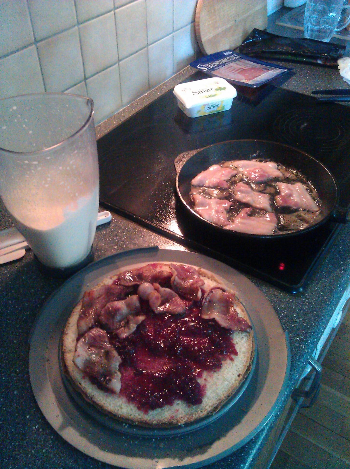 Cake layer 1, lingonberries jam and fried ham